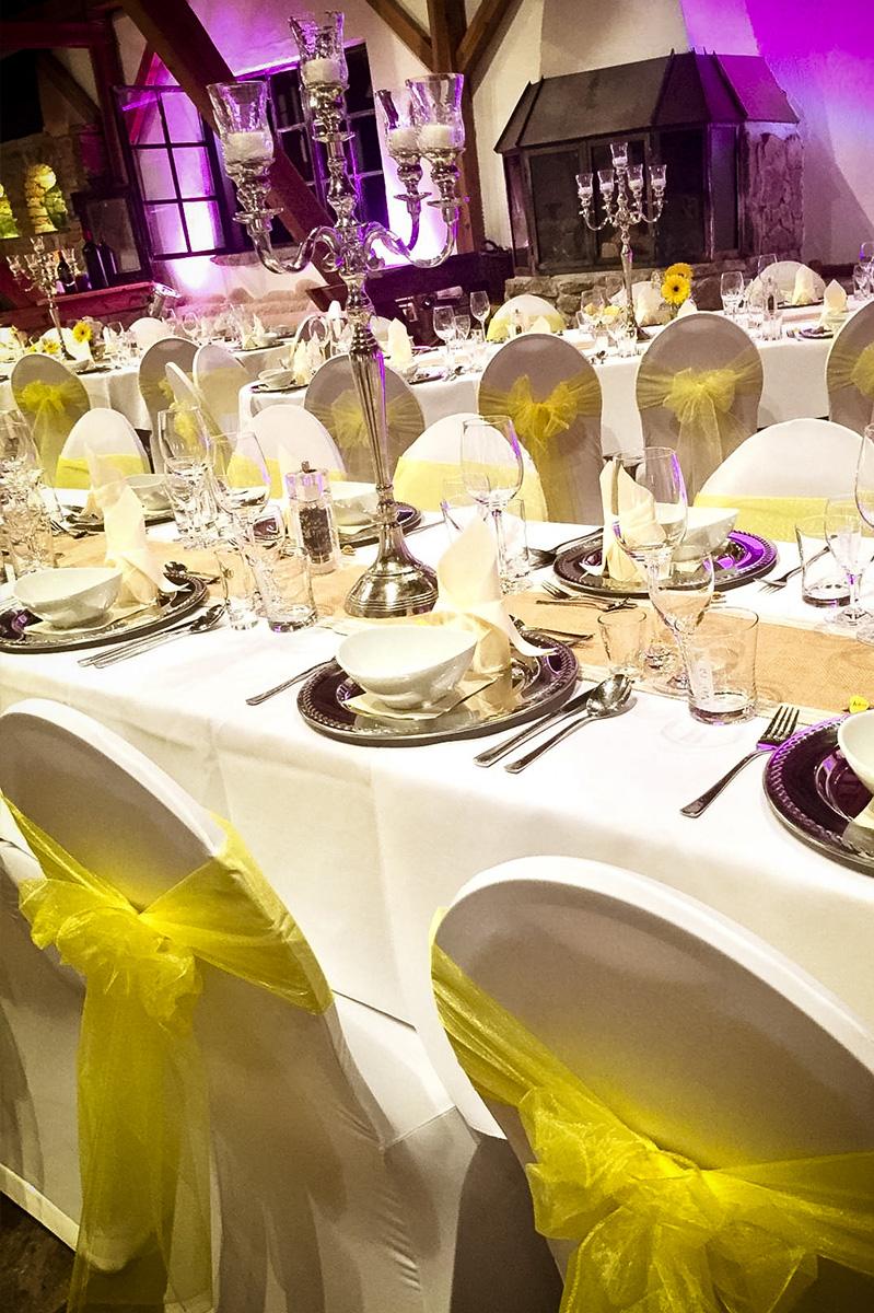 Hochzeitsdekoration in Gold mit Stuhlhussen